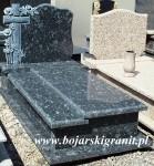 148z Nagrobek z wyrzeźbionym krzyżem i różami.Wykonany z szaroniebieskiego kamienia pochodzącego z Hiszpanii.
