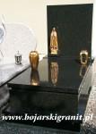 131z Czarny nagrobek z wysoką, prostokątną tablicą. Figurka Maryi, wazon i lampion z mosiądzu.