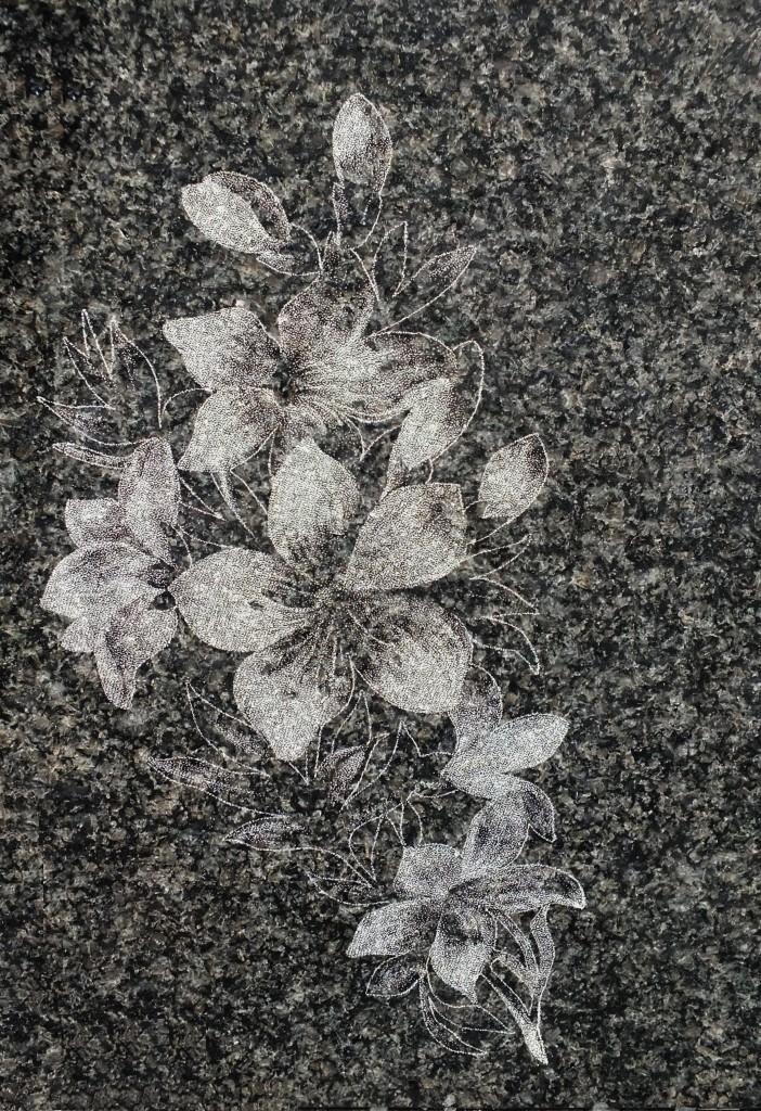 Grawer w kamieniu, w granicie - kwiaty