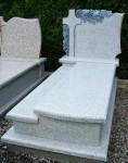 G2 d Pomnik z jasnego granitu (na piwnicę grobowcową), tablica rzeźbiona - krzyż i winorośl