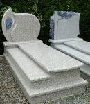 Nagrobek na grobowiec z granitu jasnego z płaskorzeźbą Maryi