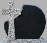 Tablica napisowa na pomnik czarna, krzyż z granitu jasnoszarego.
