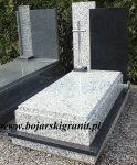 67d Nagrobek czarno-szary pojedynczy, wysoka czarna tablica, krzyż z nierdzewki.