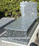 """84z Nagrobek rzeźbiony: krzyż i róże. Kamień szaroniebieski """"Azul Noche"""". Płyta wykończona łukiem."""
