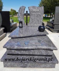 Nagrobki - przykładowe realizacje. Pomnik z Orionu z czarnymi dodatkami i różami rzeźbionymi.